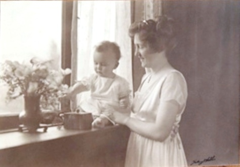 Lewis and his mother in 1917